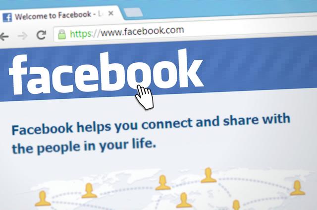 Sociala medier facebook familj